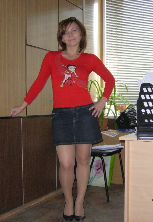 Amateur short skirt model photos