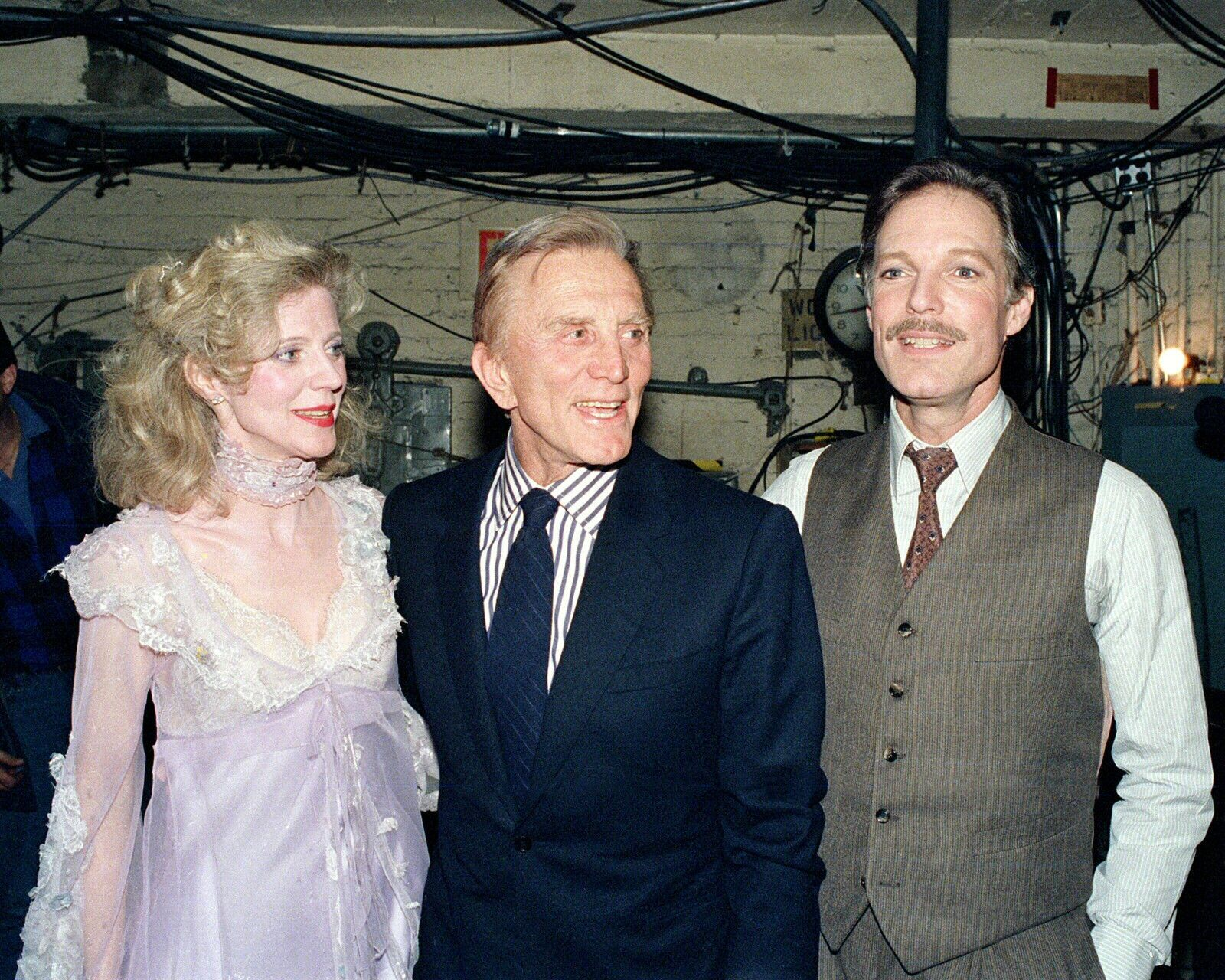 20 Mars, 1987: L'acteur Kirk Douglas, visite l'actrice Blythe Danner et Richard Chamberlain sur le plateau de: 'Blithe Spirit' au Neil Simon Theatre de New York .
