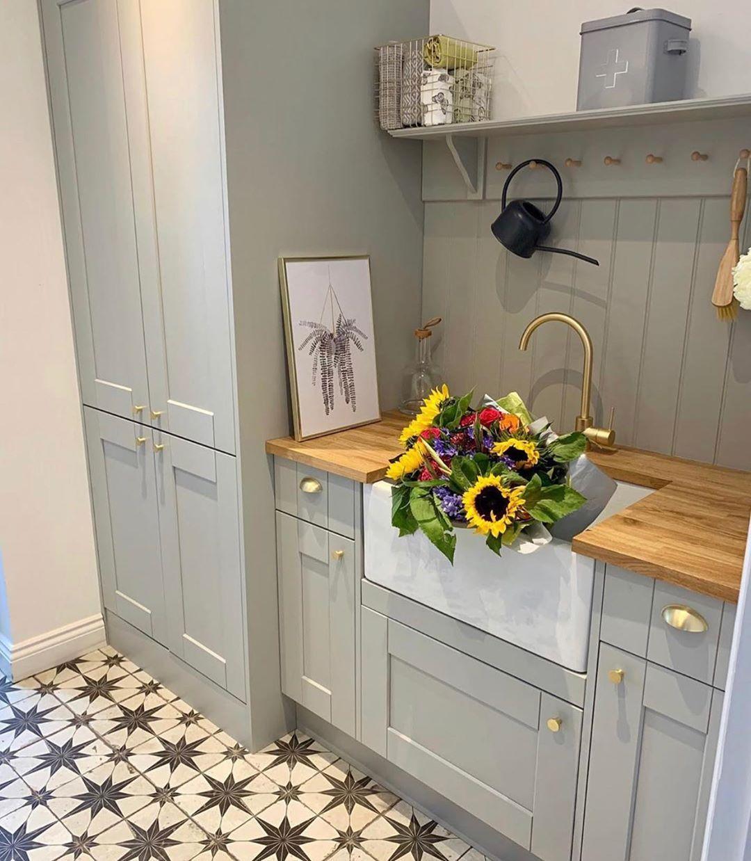 """Myperiodhomestyle auf Instagram: """"Meine letzte Wahl des Tages ist Amy @firststepontheladder für diesen wunderschönen Hauswirtschaftsraum mit Butler-Waschbecken und atemberaubenden Fliesen. Ihr Waschbecken ist ..."""