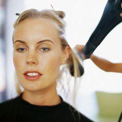 Los cabellos finos son el resultado de una predisposición genética. Su tallo piloso es muy fino, casi inexistente. Y sin ese apoyo, no tienen fuerza ni cuerpo.
