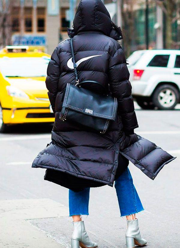Puffy jacket preta com calça jeans croppet e bota metalizada prata.