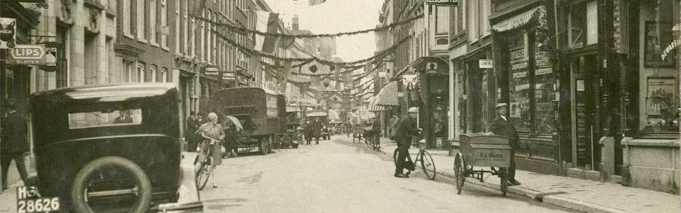De Denneweg, die smalle lichtgekromde winkel-,woon- en wandelstraat, is volgens de geschiedschrijving de oudste weg van Den Haag. Circa 280 jaar geleden is al een begin gemaakt met onderzoek naar de oorsprong van de weg en sedertdien zijn de meest uiteenlopende verklaringen voor de naam Denneweg gegeven.