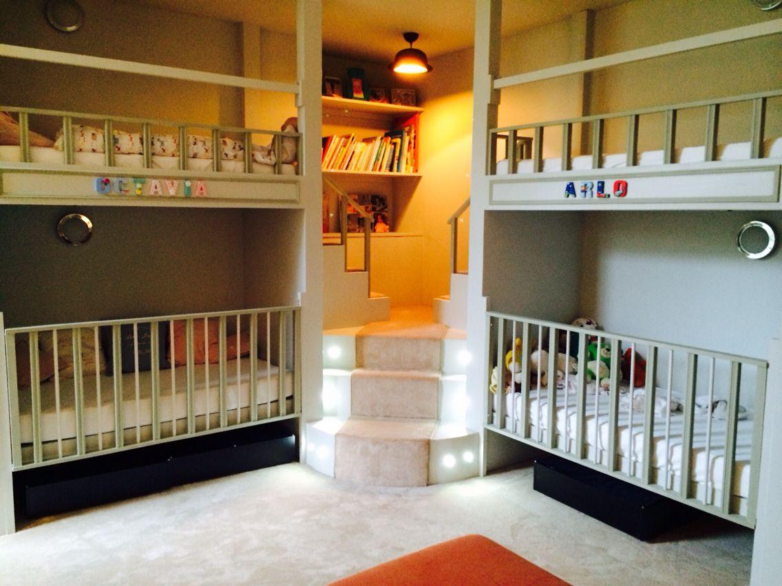 Etagenbett Eingebaut : Modernes hochbett mit eingebautem schrank im kinderzimmer designer