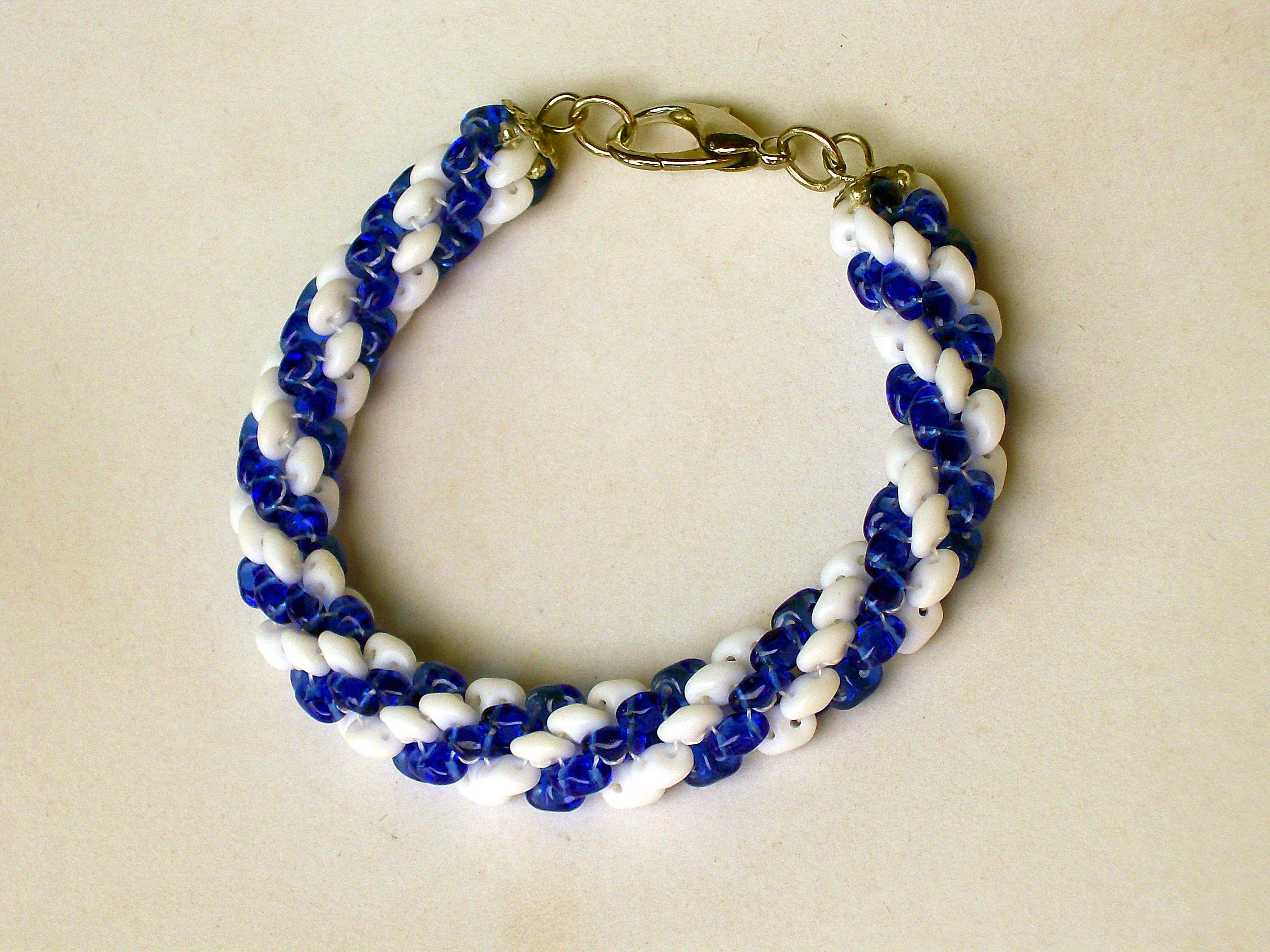Esta pulseira tubular é confeccionada com Superduos.  Vai muito bem com roupas esportivas. http://www.elo7.com.br/pulseira-tubular-azul-e-branco/dp/47CFA6
