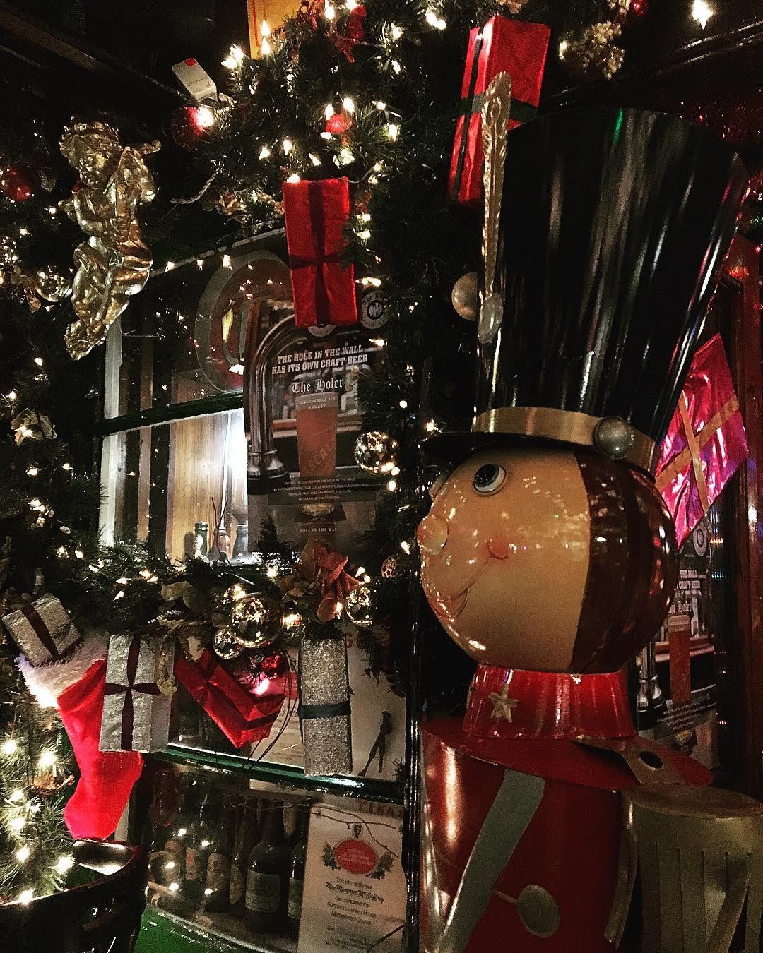 Iconic Dublin Christmas decor @holeinthewalldublin  #christmas #instagood #potd #instadaily #thenutcracker #dublin