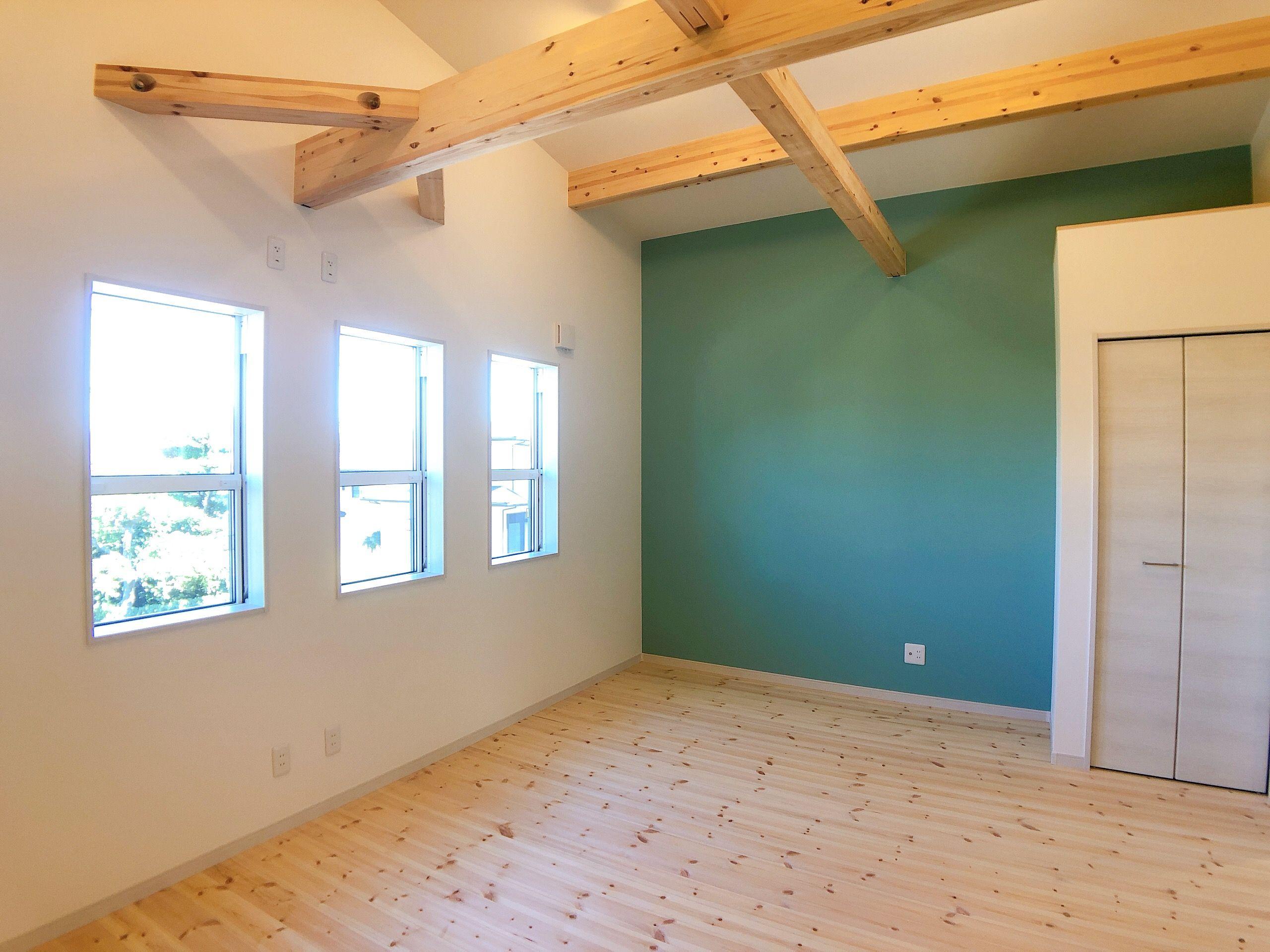 子供部屋 アクセントクロス 壁紙 ブルーグリーン 無塗装 照明 スポット