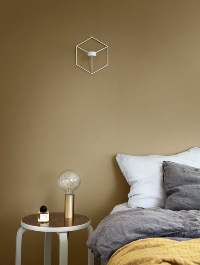 peinture-ocre-doré-chambre-à-coucher-table-de-chevet-cuivre-bois - Peindre Table De Chevet