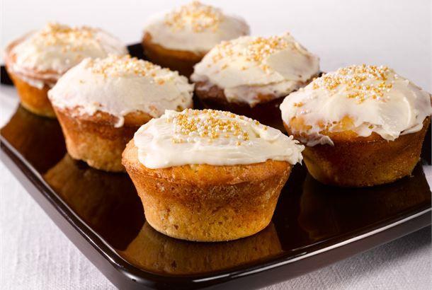 Porkkana-raejuustomuffinit ✦ Porkkana ja raejuusto tuovat rakennetta ja makua muffineihin. Tarjoile niitä kahvi- tai teepöydässä. http://www.valio.fi/reseptit/porkkana-raejuustomuffinit/