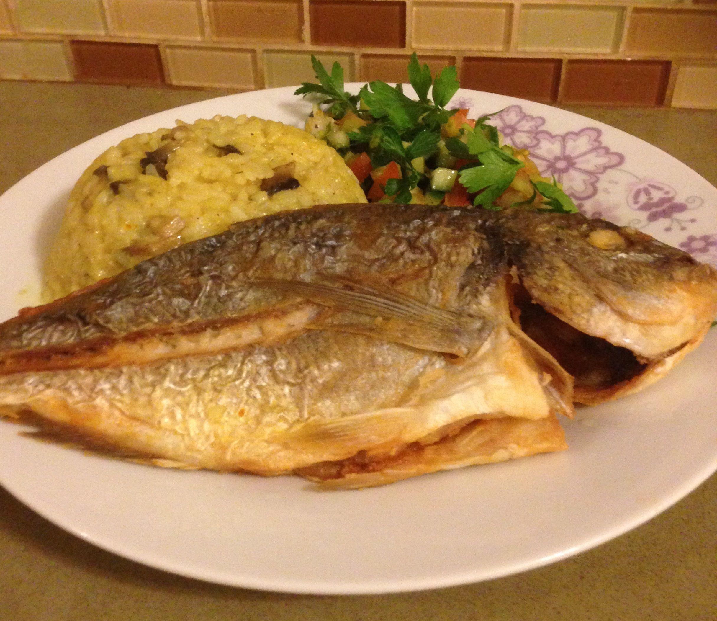 سمك الدنيس المقلي مع الطحينة والسلطة المنعشة الطاهية Yum Food Chicken