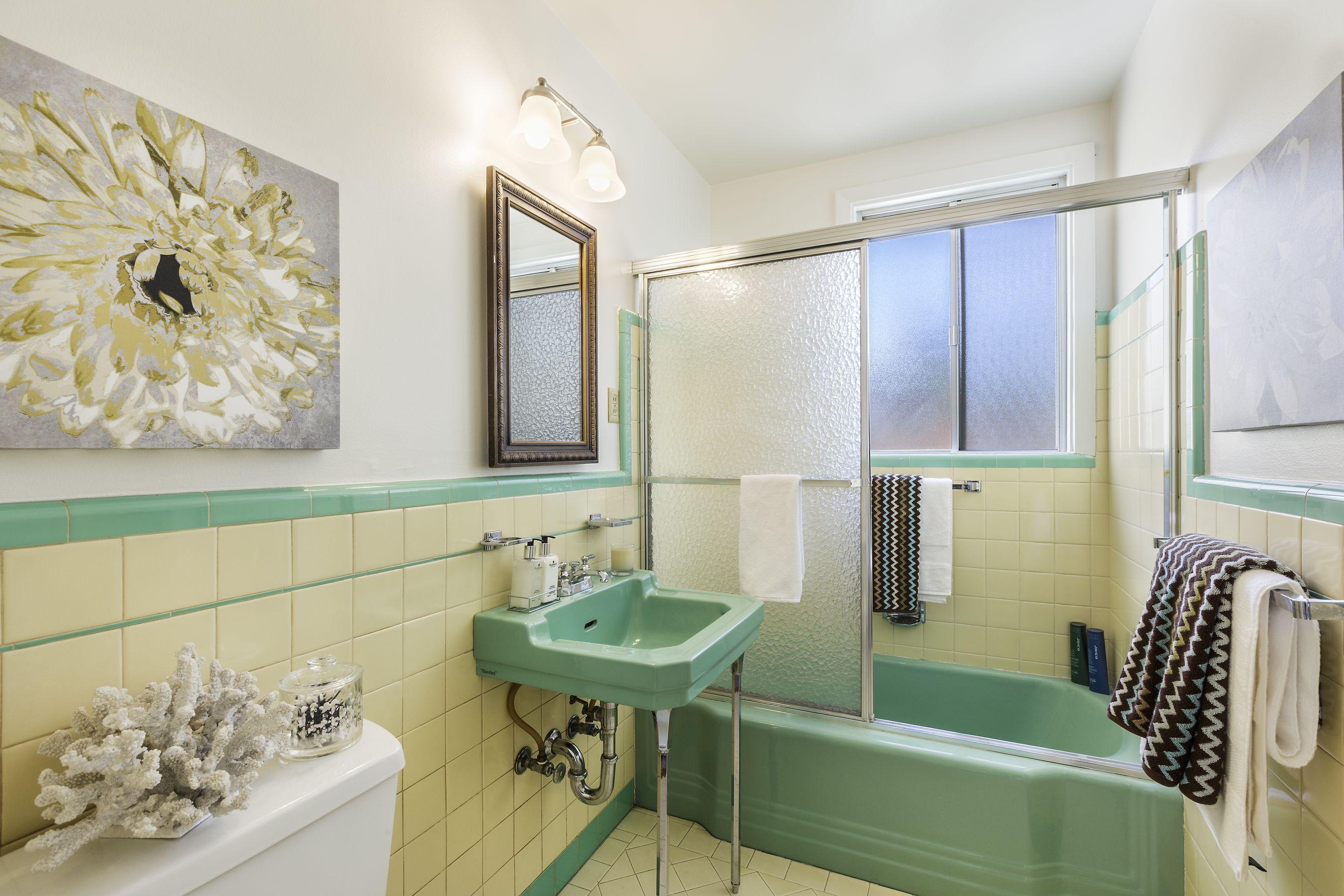 Mint Green And Yellow Tile Bathroom Yellow Bathroom Walls Yellow Bathrooms Vintage Bathrooms