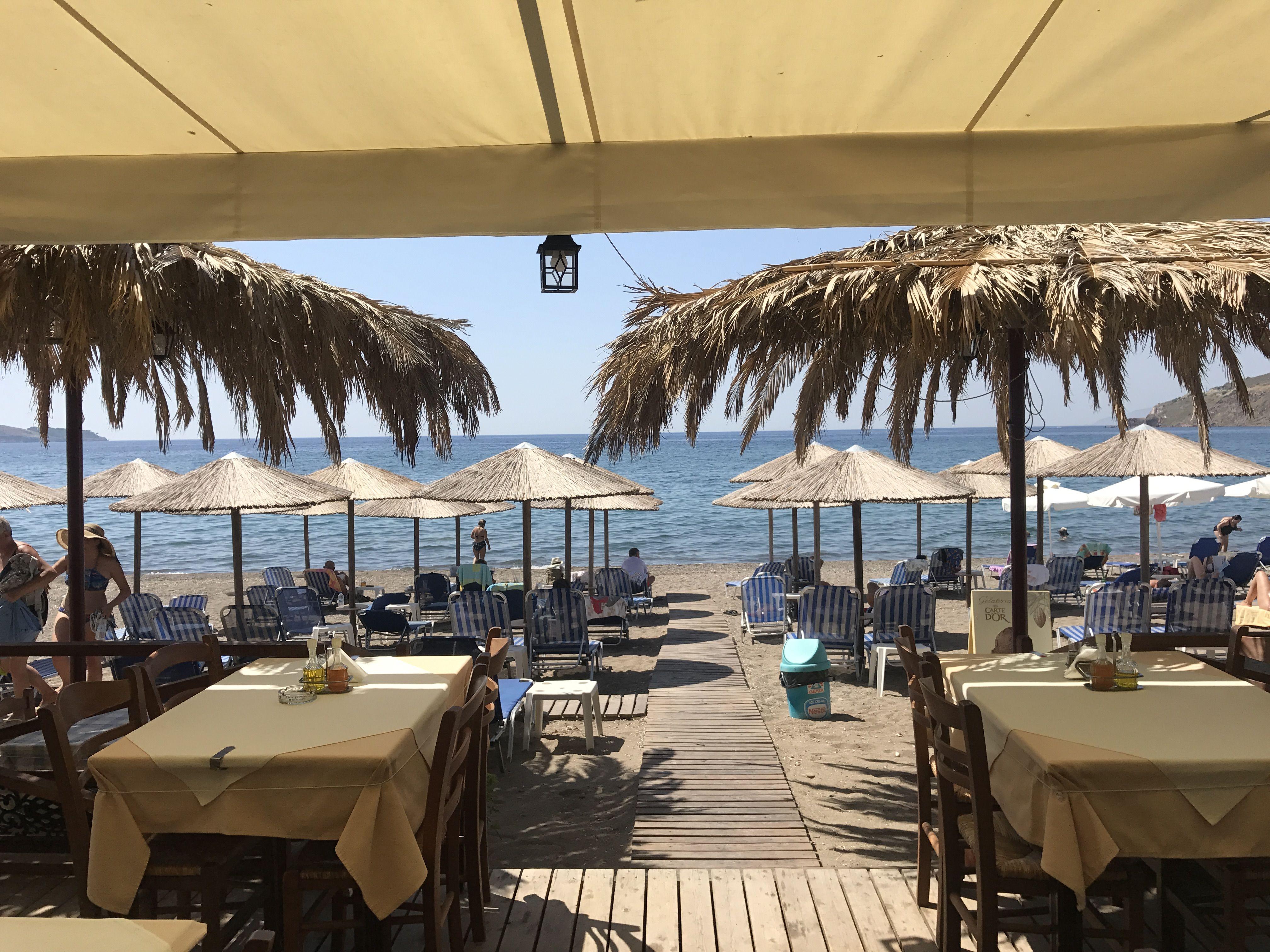 Petra Lesbos restaurant Christos, de moeite waard om een hapje te eten en om lekker op het strand te liggen op een van de gratis bedjes