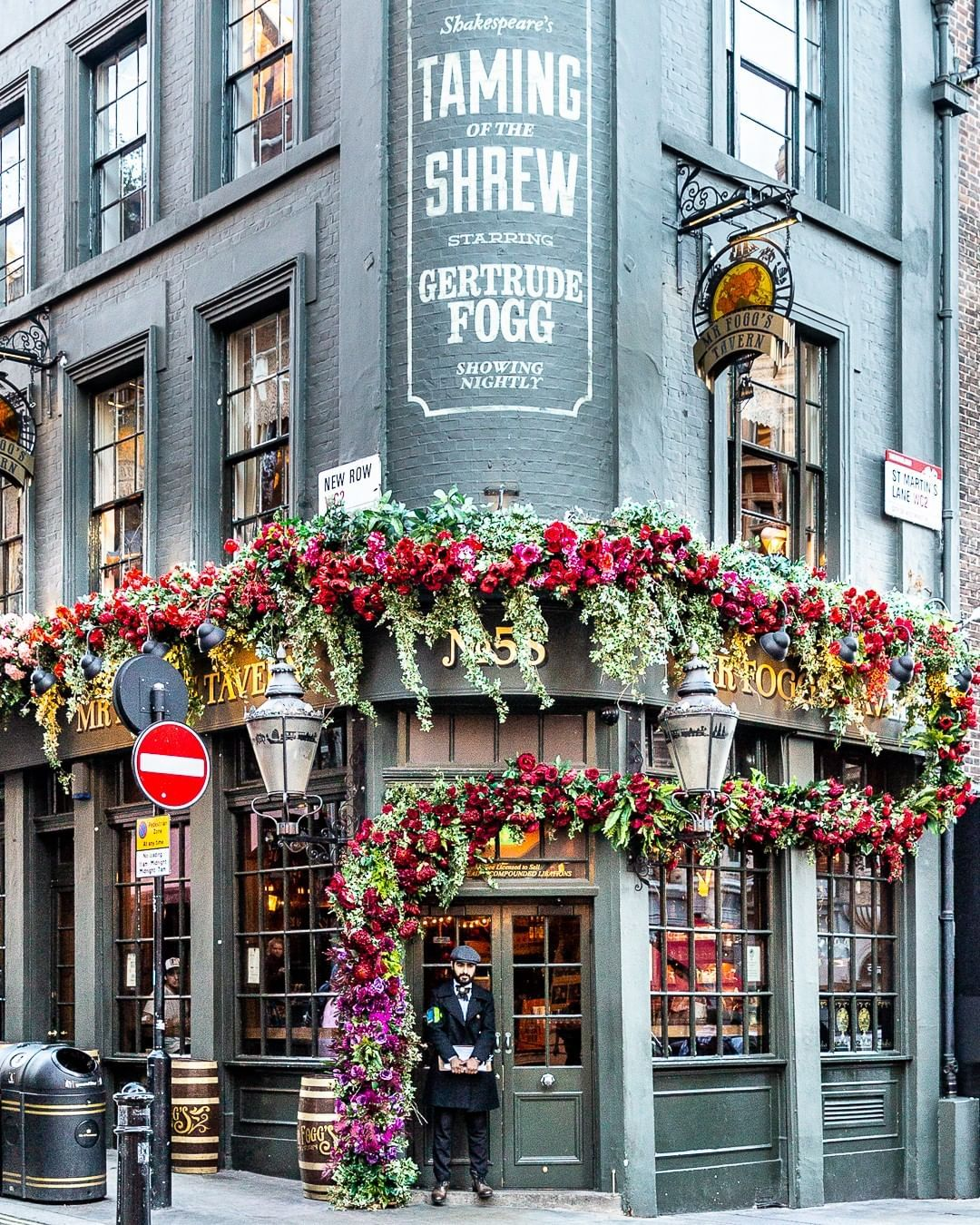 A pretty facade covered with flowers in Covent Garden ...