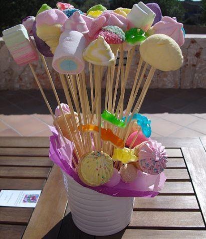 Centros de mesa infantiles con chuches palitos adornos for Mesas fiestas infantiles