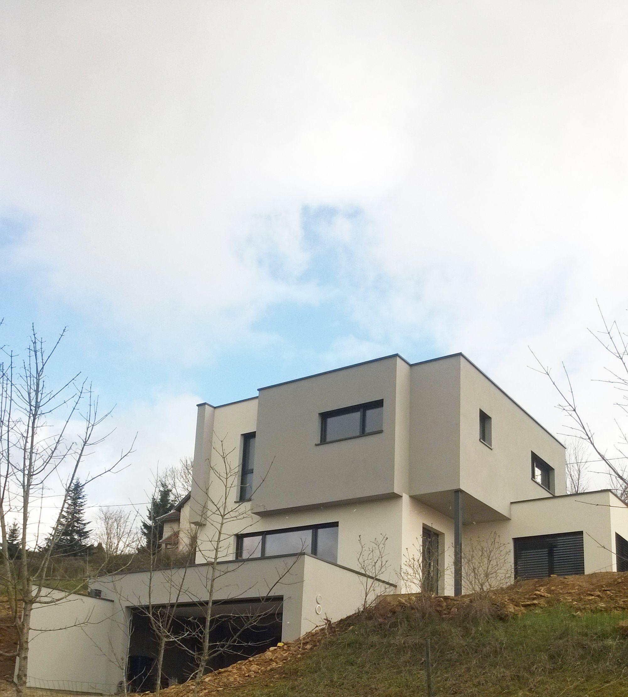 Maison d architecte contemporaine aux formes confuses entre toiture