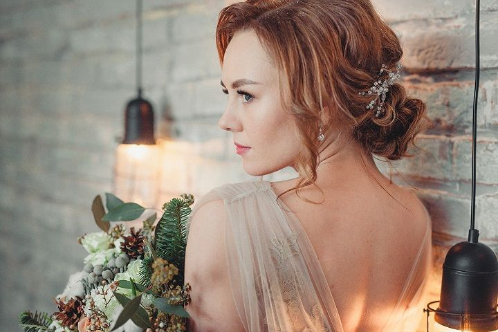Rustic and cozy winter wedding styled shoot | fabmood.com #winterwedding #weddingdress #weddinghairstyle #rusticwedding #updobridalhair