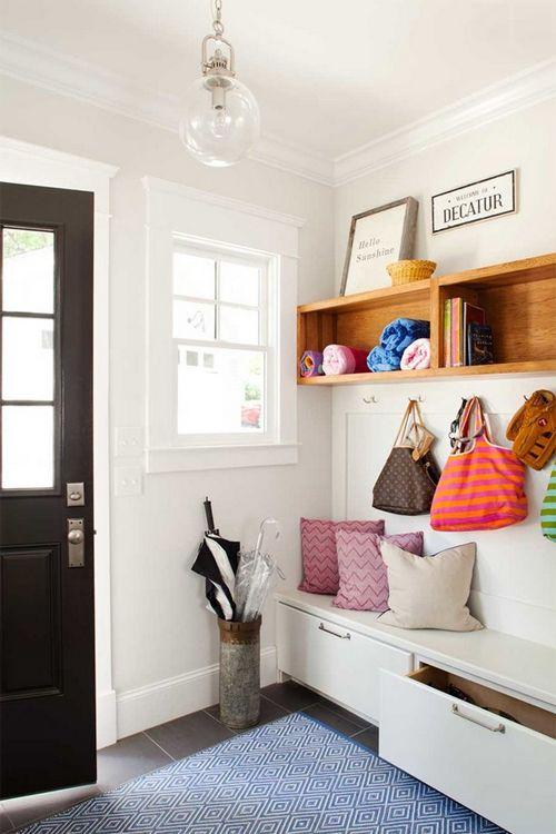Recibidor practico con mueble zapatero-calzador adaptado a la pared