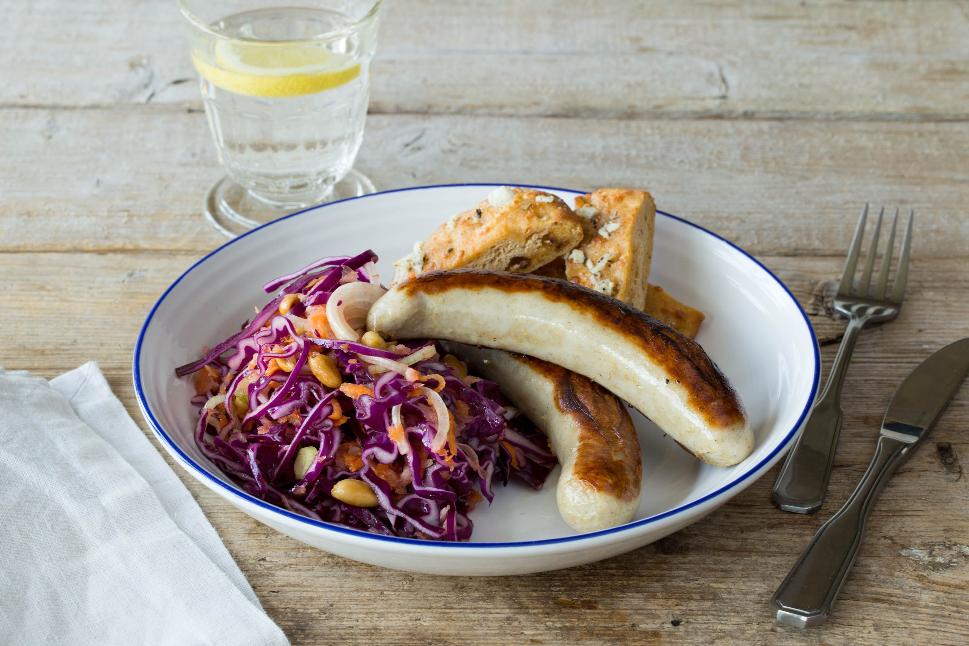 Süß-saurer Rotkohlsalat mit leckeren Grillwürsten