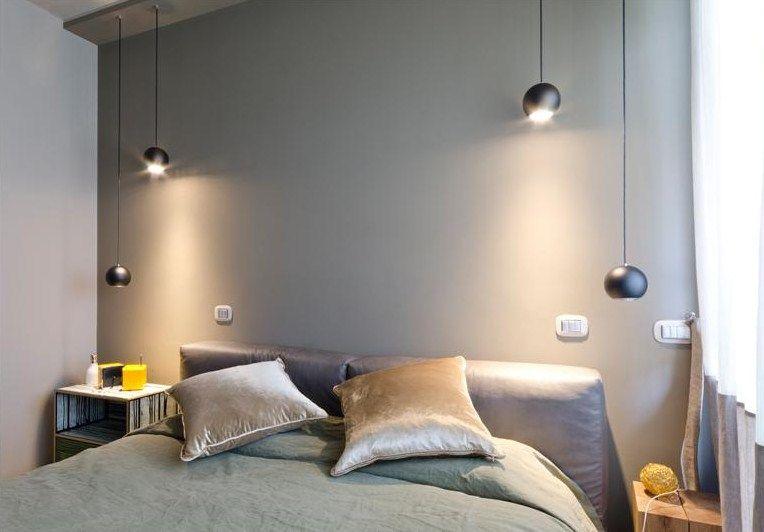 Parete retro letto verdegrigio colori colors pinterest - Luci camera da letto ...