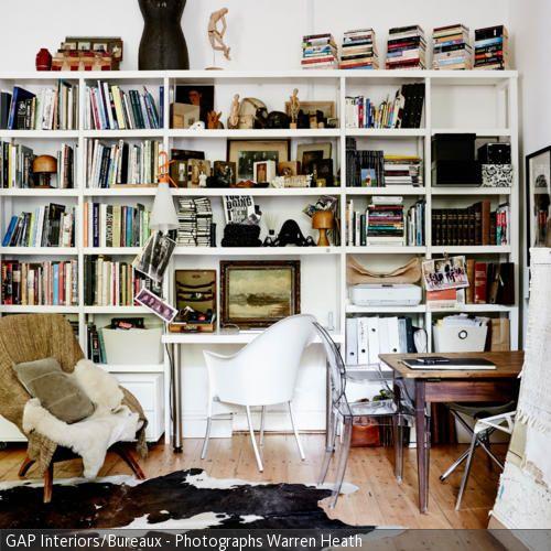 Unique In diesem Wohnzimmer dient der wei braune Kuhfellteppich als Eyecatcher Das gro z gige Wandregal bietet