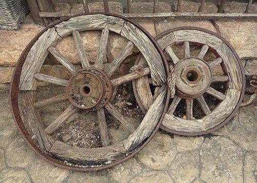 Wagon Wheel Decor Outdoor Garden