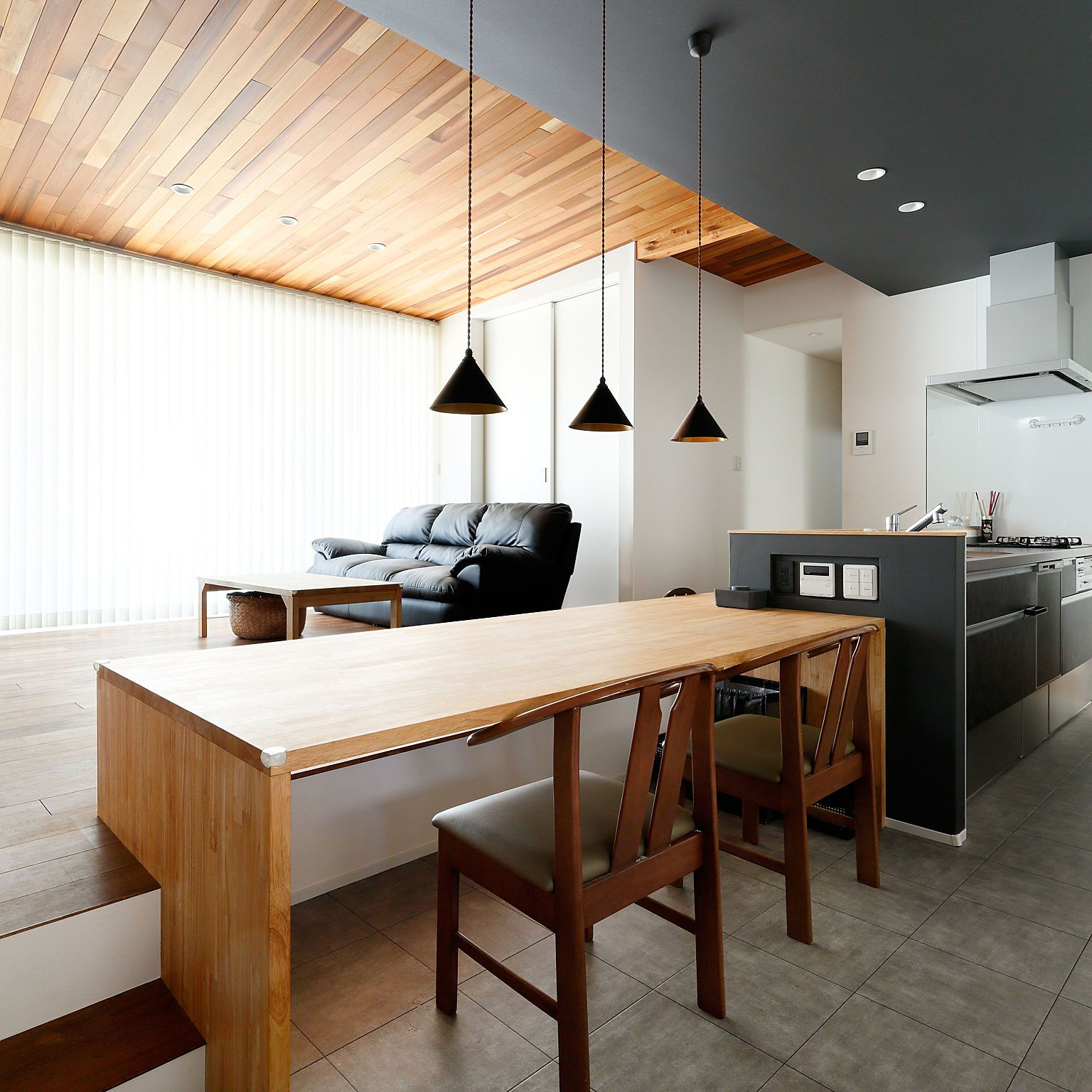 キッチン ダイニング 段差のある家 無垢の床 モダンインダストリアルの