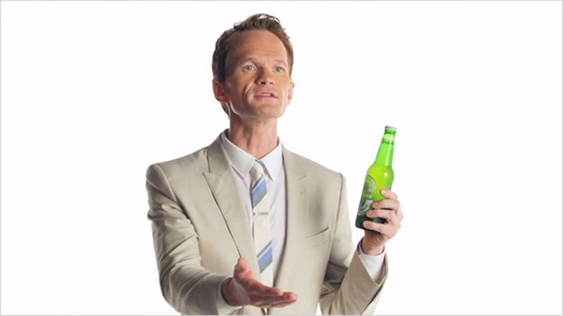 Neil Patrick Harris no entiende por qué no puede beberse una #Heineken en TV. Entra en el fantástico mundo de elcafeatomico.com y descubre más! #spot