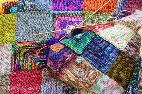 Κουβέρτα που πλέκεται με βελόνες σε κομμάτια με ότι νήμα μας έχει περισσέψει από τις κάλτσες ή ακόμα και από άλλα πλεκτά.