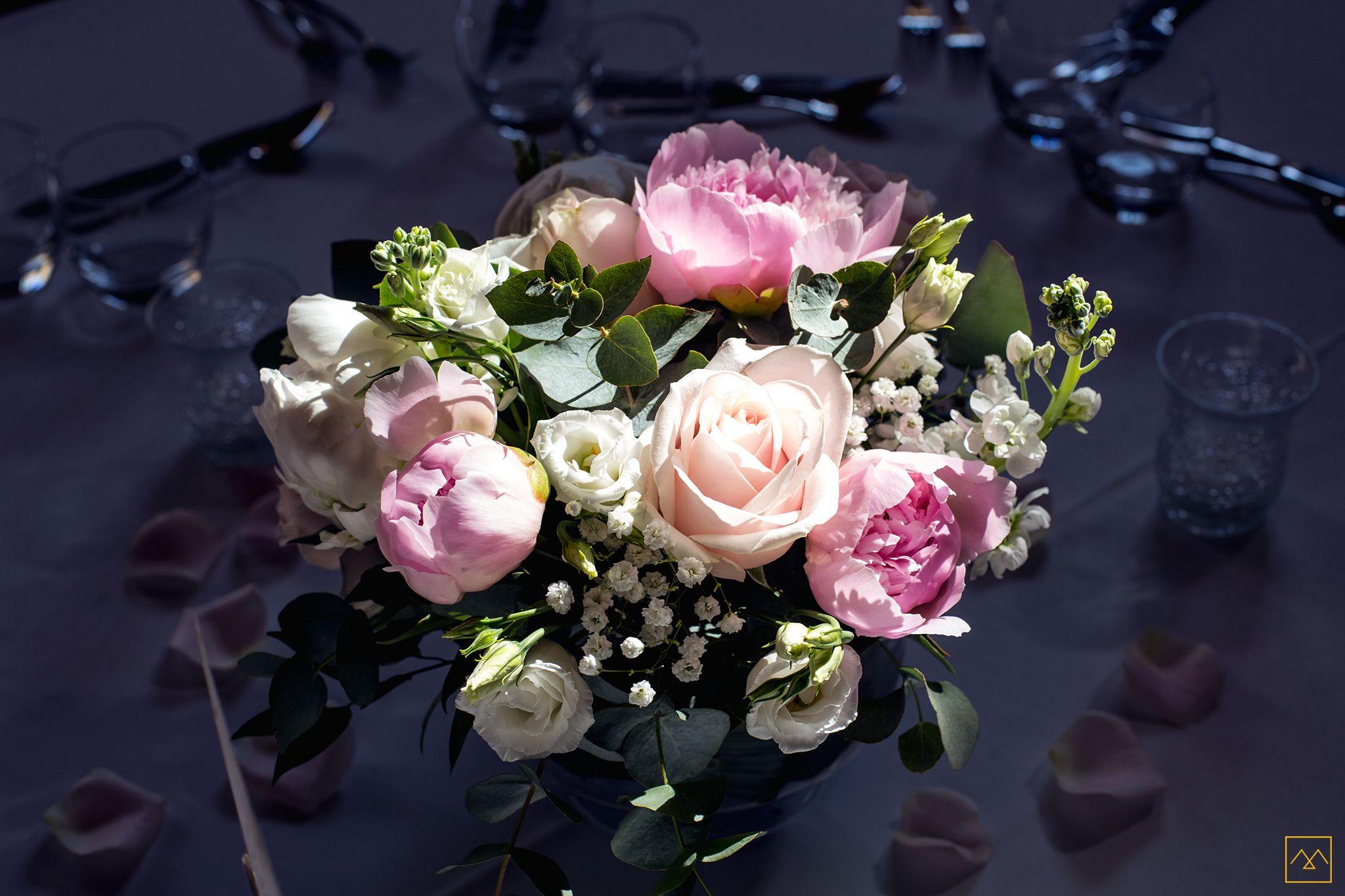 composition florale sur table. ©amédézal #fleurs #bouquet #table