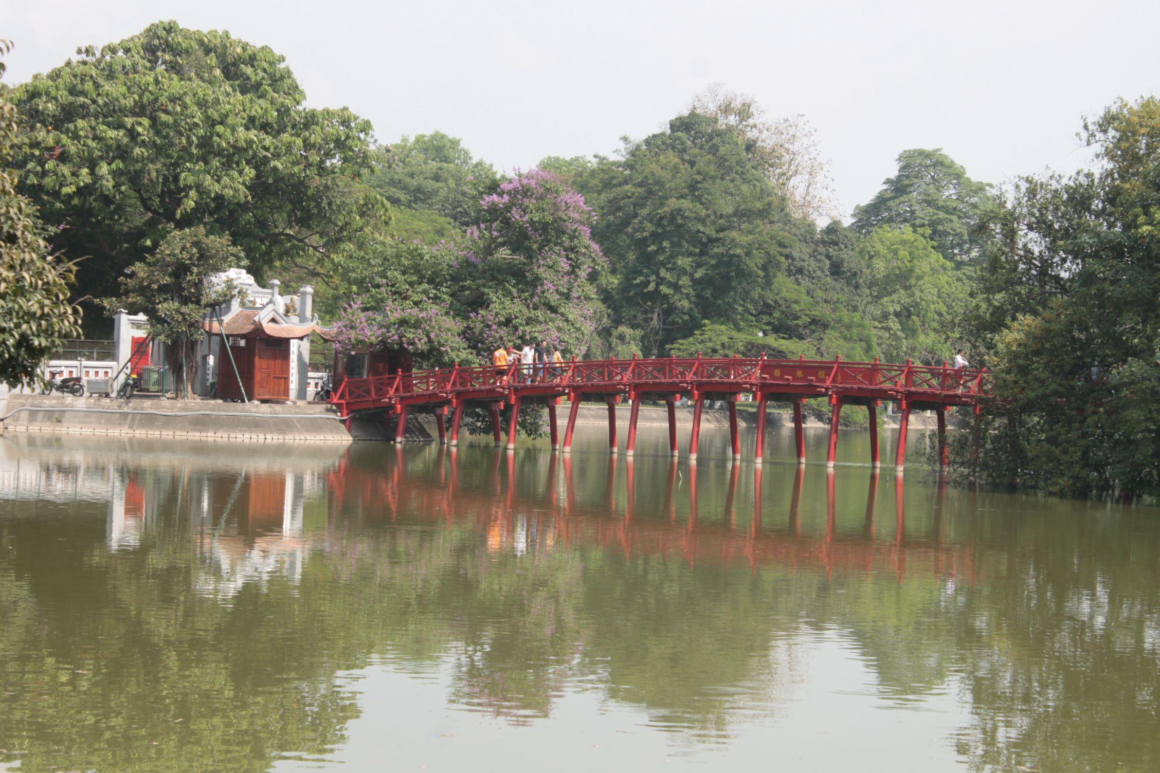 Puente rojo en el lago del Old Quartier