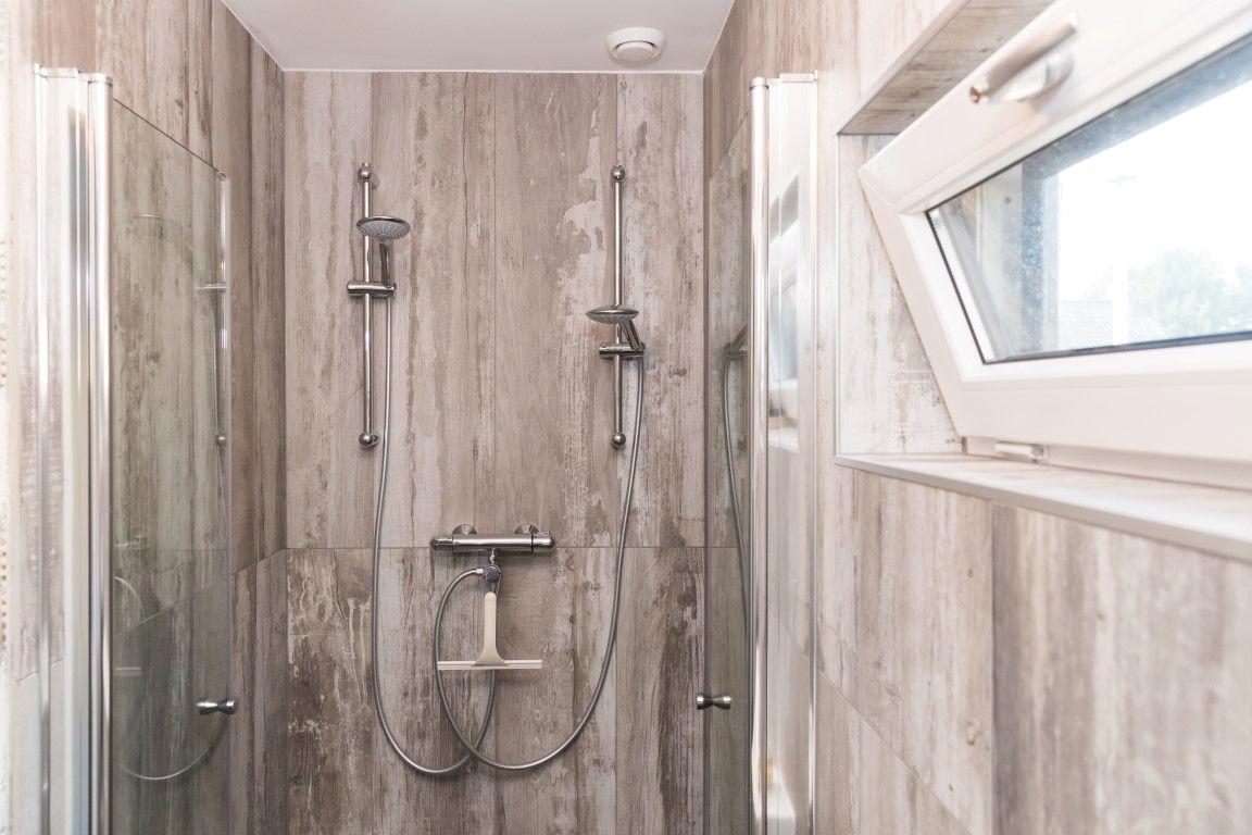 Badkamer Wandtegels Ideeen : Badkamer houtlook tegels keramische tegels douche douchetegels