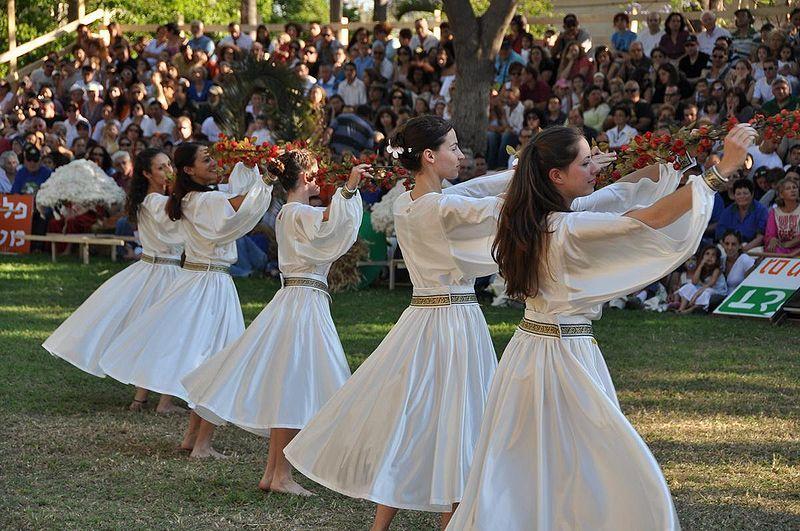 #Shavuot at Kibbutz Gan-Shmuel, traditionnal danse in white
