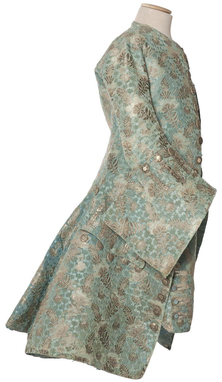 Habit à la française, justaucorps et culotte, France, vers 1730-1740    Velours frisé façonné, liseré et broché argent  Dépôt Louvre,