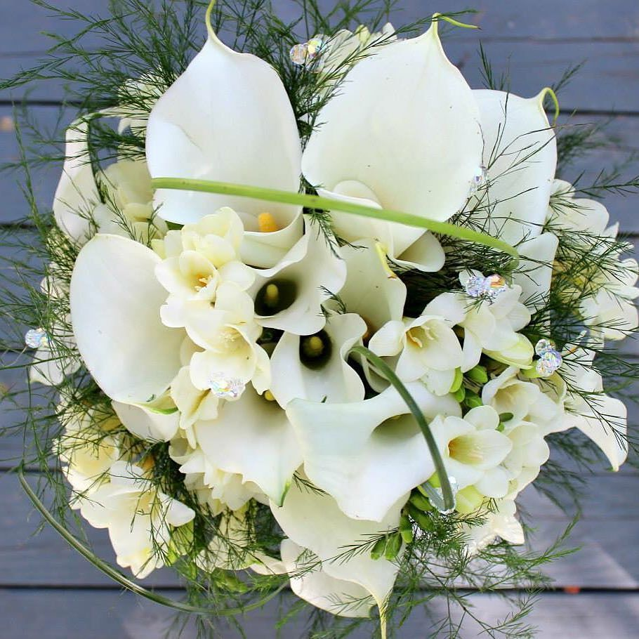Happy anniversary month to our newlywed Hilary!  #thefloralcottageflorist #waybackwednesday #wbw #callalilies #freesia #bridalbouquet #bridalflowers #louisianabride #louisianaweddings #ascensionweddings #southernbride #classicbride #traditionalbride