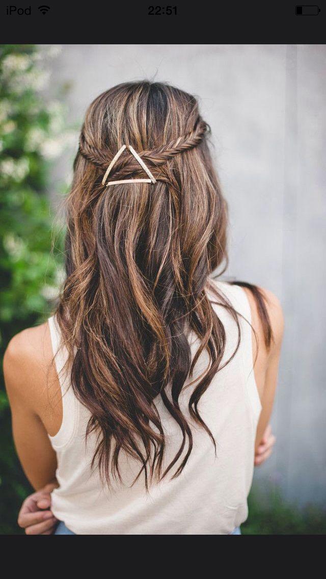 Cheveux détachés avec deux tresses sur le côté qui se