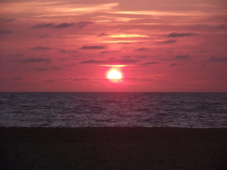 Le soleil se couche sur l'océan... www.mymagicmap.com