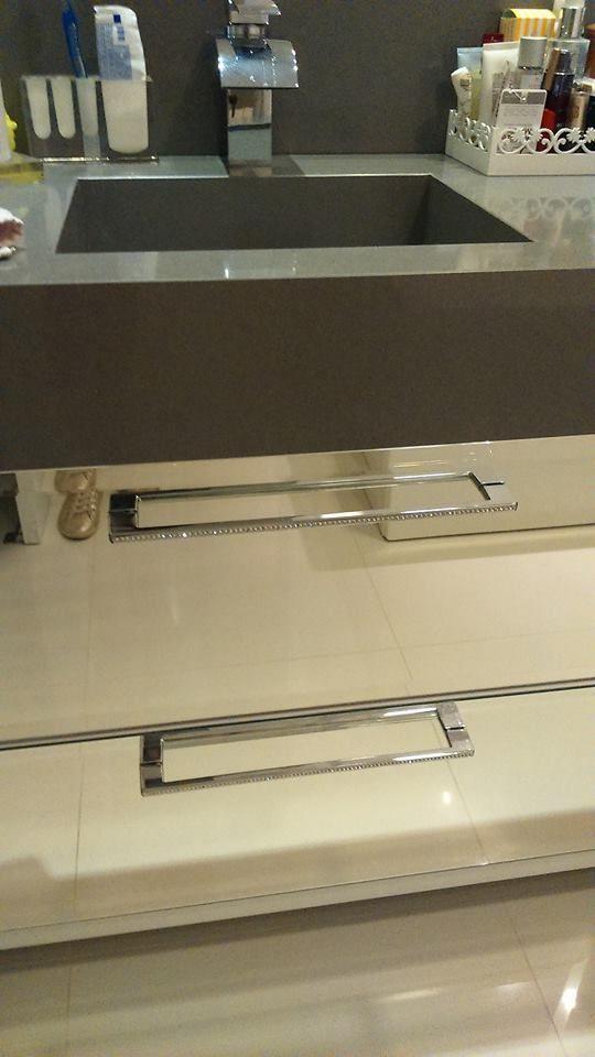 Banheiro suíte: Detalhes que fazem toda a diferença, como o puxador com cristais.