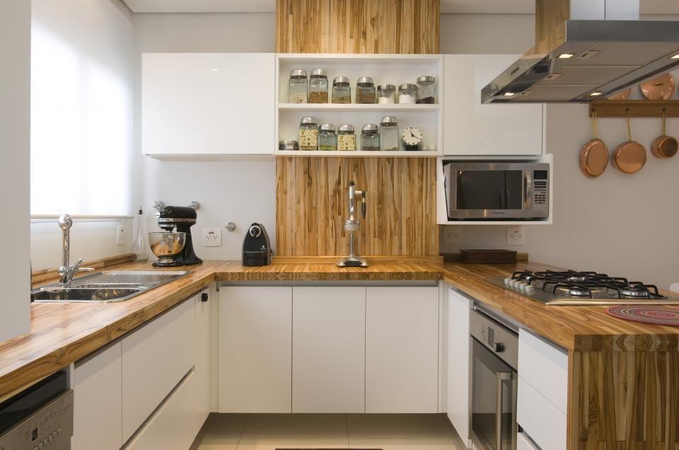 Cozinha Americana Com Tampo E Detalhes Em Madeira Teca Marcenaria