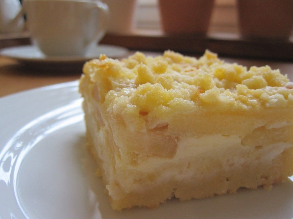 saftiger Apfelkuchen. Schnelles und einfaches Rezept. klassischer Kuchen