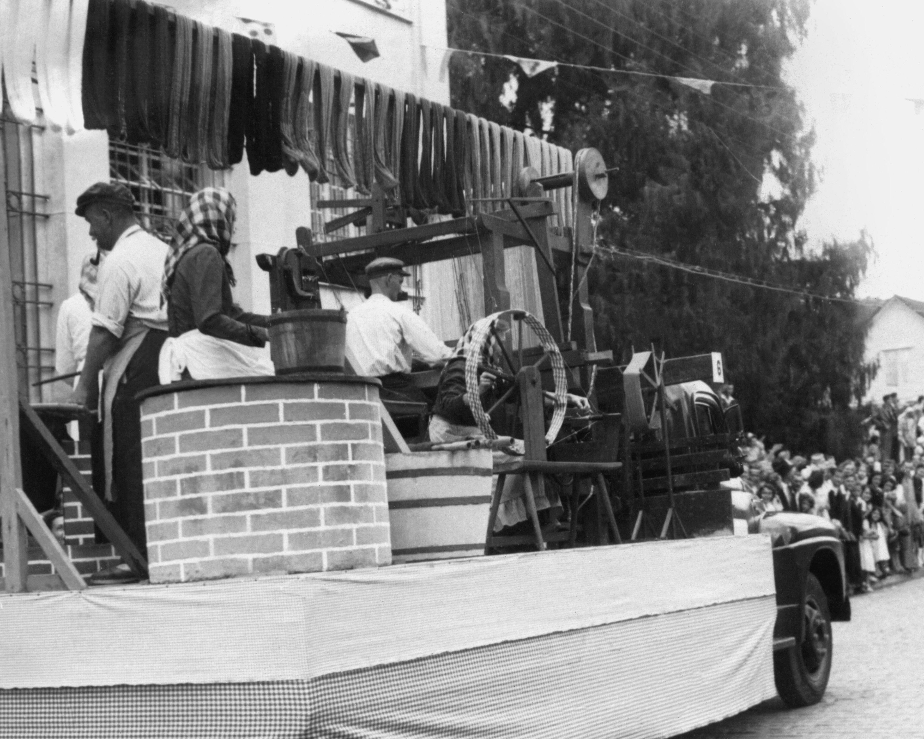 Carro da Döhler no Desfile do Centenário de Joinville