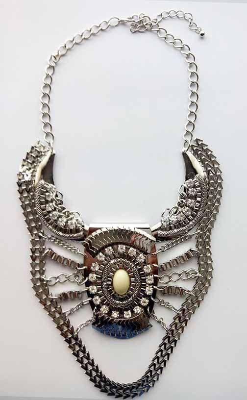 Collar Babero Plata 5,99 euros http://www.missbrumma.com/#!product/prd1/2737941631/collar-babero-plata