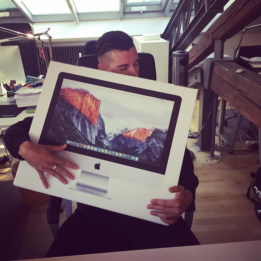 Möge eure  Liebe ewig halten. iMac-Segen bei  @felixkoshell. Uns kommen die #macdaddy #imac #echteliebe #komputer by brandpunkt