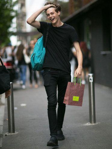 【ELLE】Tシャツ選びにセンスあり! 爽やかモデルにズキュン|こんな伊達男とデートしたい♡ エディターが選ぶMYベストおしゃメンinイタリア|エル・オンライン