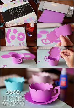Envolturas de cupcakes con forma de taza, para presentarlos en tu mesa. #ManualidadesParaFiestas