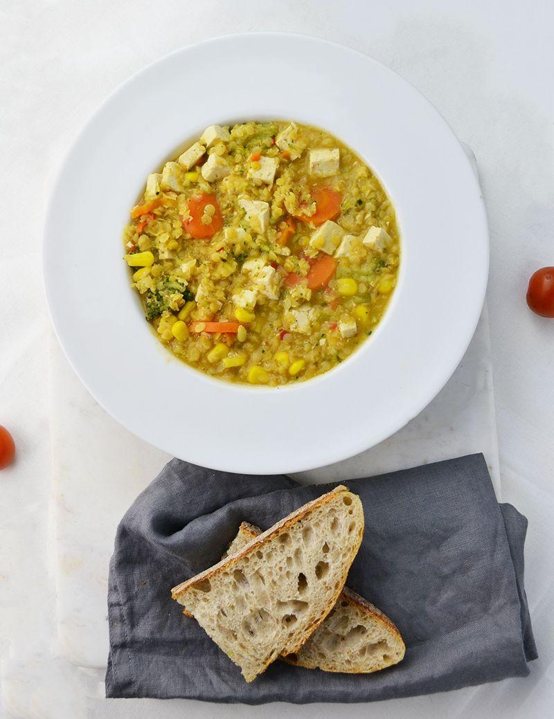 Uno stufato realizzato con un mix di vegetali di stagione, cotto in un caldo e saporito brodo