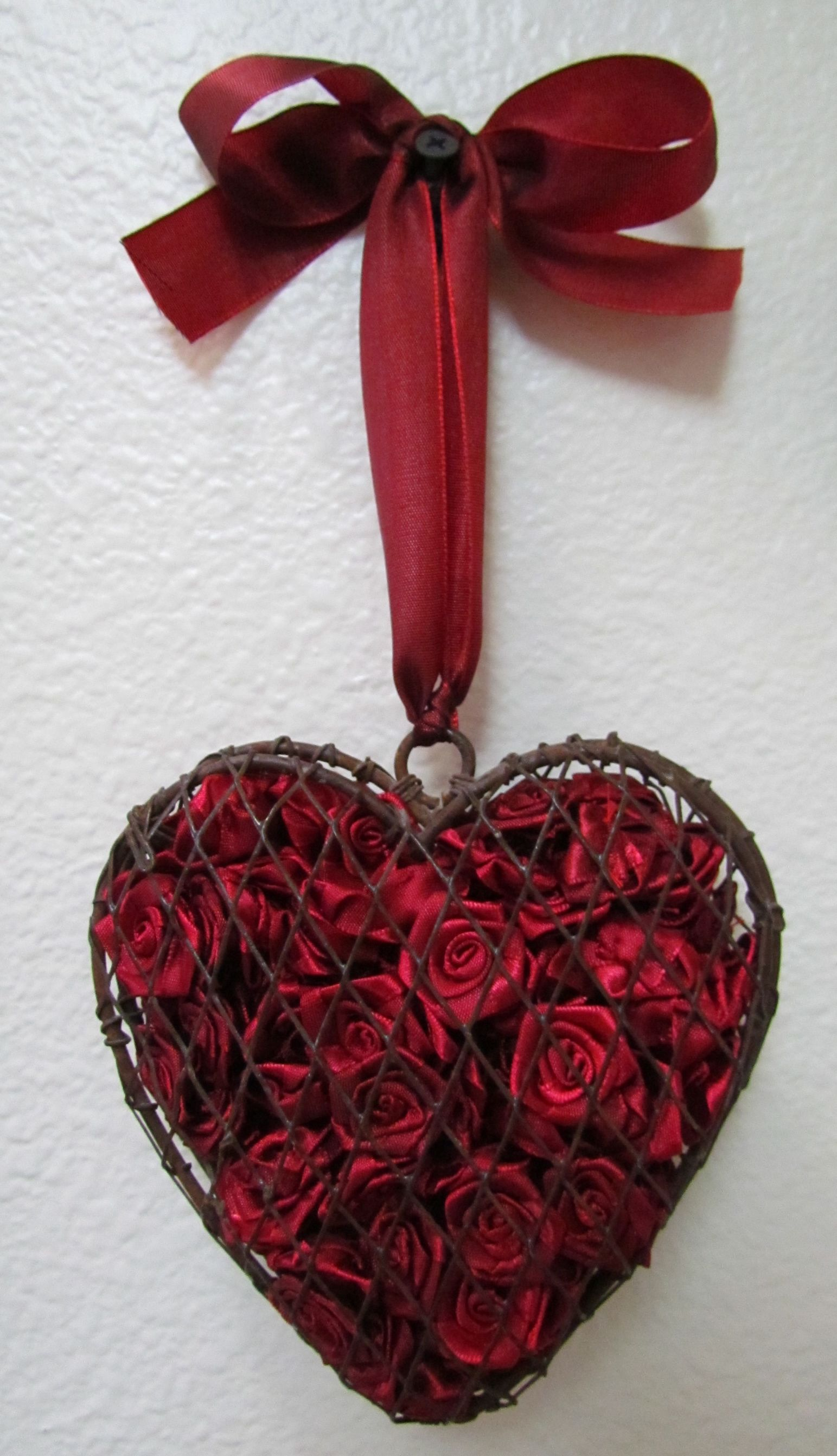 Potpourri Basket Filled With Red Fabric Roses Coeur En Photo Deco Coeur Decoration Coeur