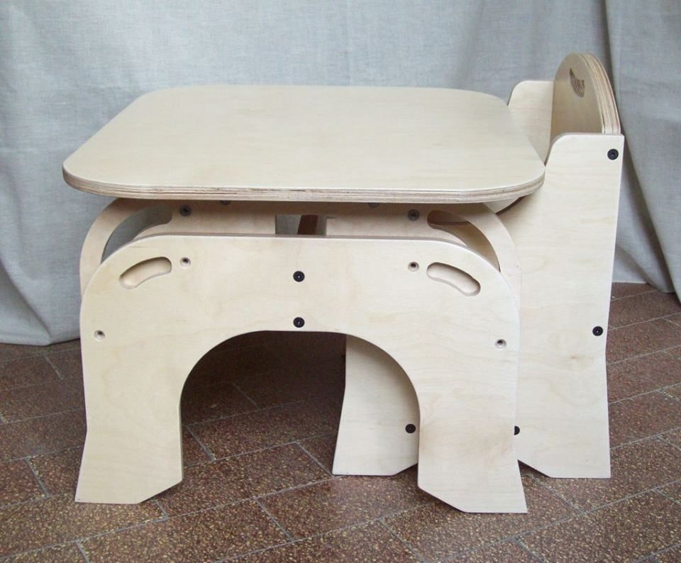 Metodo montessori: tavolino con sedie regolabile in altezza. Realizzato in legno e totalmente personalizzabile. Mobile montessoriano. arredamento camerette. #montessori #mobiliperbambini