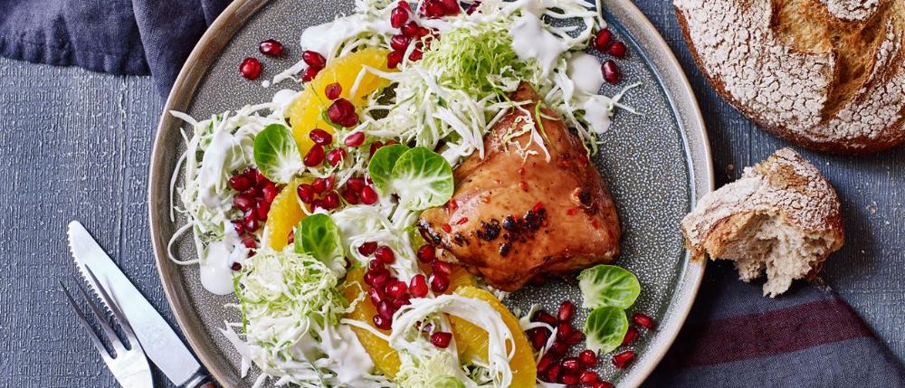 Sojamarinerede kyllingelår med hvidkålssalat Nem