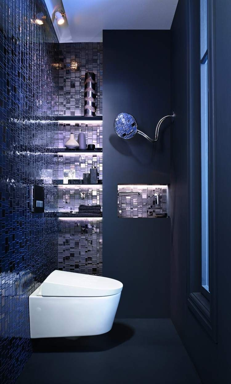 carrelage salle de bain bleu marine format mosaique et peinture assortie dans les toilettes