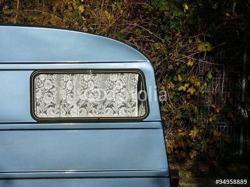 Gardinen Bielefeld alter wohnwagen mit gardine aus weißer spitze am straßenrand in