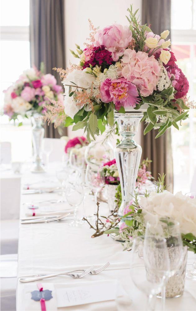 ppige blumendekoration f r die tische hochzeitsfeier tischdekoration wedding hochzeitsdeko. Black Bedroom Furniture Sets. Home Design Ideas